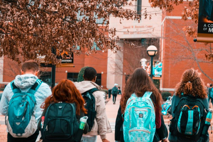 Students+walking+to+their+college+class.+